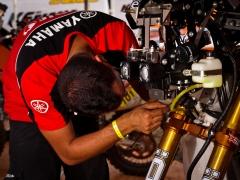 O mecânico do piloto de moto David Casteu faz ajustes finais antes do início do Rally dos Sertões 2011, que começa no dia 09 de Agosto em Goiânia (GO) e termina no dia 20 de Agosto em Caucaia (CE). O Rally dos Sertões é a maior prova de rally brasileira e o rally mais extenso que acontece dentro do mesmo país. Goiânia/GO, Brasil - 08/08/2011. Foto: Theo Ribeiro / Fotoarena